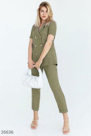 Свободный костюм оливкового цвета