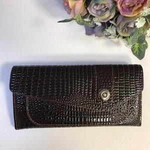 Лаковый женский кошелек Leksu из эко-кожи под рептилию шоколадного цвета.