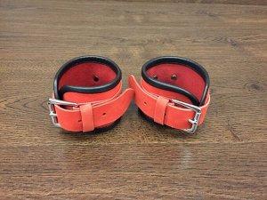 Красные кожаные фиксаторы на руки