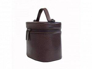 Аксессуары Для своей личной коллекции отдайте предпочтение стильному варианту женской сумки кросс-боди в форме косметички, выполненной из износостойкой экокожи. Рельефная текстура защитит поверхность