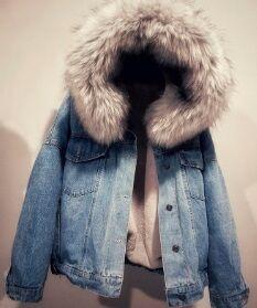 Джинсовая утепленная куртка с меховой опушкой на капюшоне