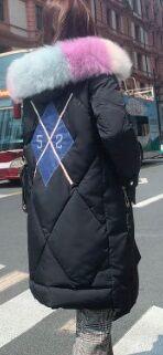 Длинный пуховик с меховой опушкой на капюшоне