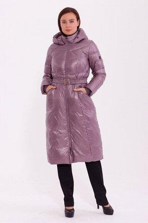 Пальто Состав: Полиэстер 56%, Нейлон 44%.  Цвет: Пепельно-розовый.   Подробнее: Длинное теплое пальто с интересными линиями стежки. Модель дополнена поясом на резинке с декоративной пряжкой. Центральн