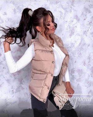 Жилетка Материал: плащевка Наполнитель: силикон 100 (весна) Размер: S (42-44),  Длина 60 см, Длина рукава 62 см. Короткая весенняя куртка с баской по линии талии, рукав длинный, небольшой воротник, ес