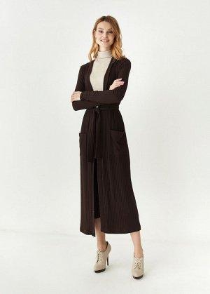 Кардиган Кардиган-халат выполнен из мягкой трикотажной ткани. Детали: Планка-воротник в длину; пояс по талии; длина ниже колена; два кармана.