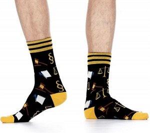 Носки Хлопковые мужские носки с контрастной широкой резинкой в полоску. Вся модель декорирована ярким рисунком на юридическую тематику.  Состав: Хлопок 83%, Полиамид 15%, Эластан 2%