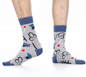 """Носки Хлопковые мужские носки с контрастным дизайном резинки, мыска и пятки. Вся модель декорирована ярким рисунком """"наушники и фуражки"""".  Состав: Хлопок 78%, Полиамид 18%, Полипропилен 2%, Эластан 2%"""