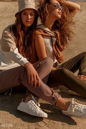 Бежевые брюки карго с накладными карманами