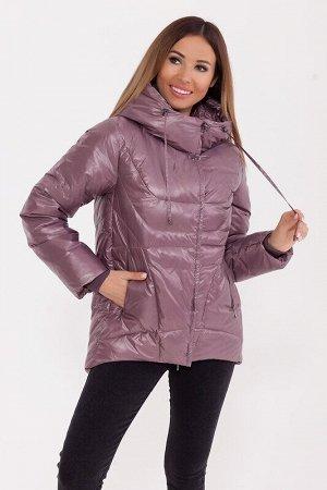 Куртка Описание: Укороченная тёплая куртка с капюшоном в спортивном стиле. Асимметричный низ куртки делает её оригинальной. Куртка дополнена прорезными карманами и трикотажными манжетами. Цвет: Пепель