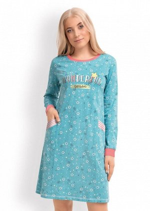 Платье Описание: Платье из набивного хлопка прямого кроя с длинными рукавами,с вертикальными резами и карманами по переду.Горловина из кашкорсе,по рукавам - манжеты из полосатого кашкорсе.Спереди - пр