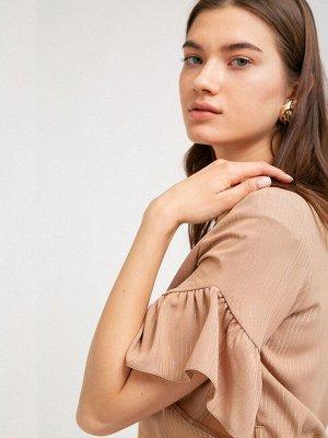 Платье Размерный ряд: 42-54 Состав ткани: вискоза55%, полиэстер45% Длина: 104 см. Описание модели Отрезное по линии талии бежевое платье в полоску из люрекса. Модель А-силуэта, имеет круглый вырез г
