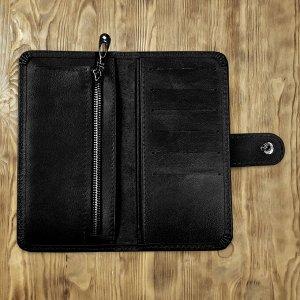 Клатч ККлатч изготовлен  из высококачественной натуральной телячьей кожи. Внутри клатча есть удобные карманы для купюр, пластиковых карт, визиток. Также имеется отдельный карман для монет на молнии.