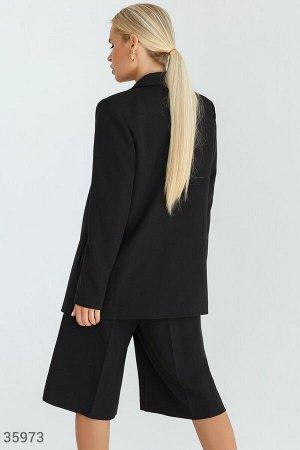 Лаконичный черный костюм с шортами