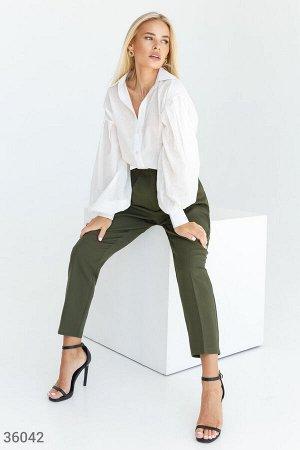 Стильные укороченные брюки цвета хаки