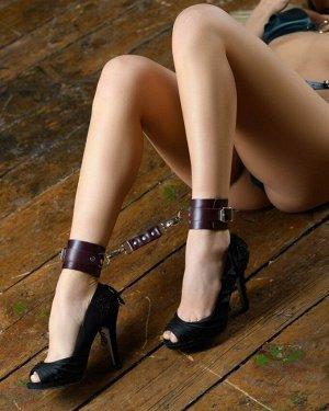 Кожаные оковы на ноги цвета бордо BDSM Арсенал