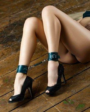 Кожаные оковы на ноги цвета изумруд BDSM Арсенал
