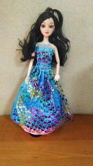 Кукла Высота - 30 см . Кукла на подставке.  Подставка движется и играет.  Работает от батареек АА (3 шт).