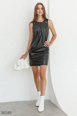 Лаконичное черное платье из кожи