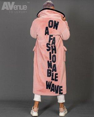 Пальто Дизайнерское эксклюзивное пальто из эко-меха прямого силуэта со спущенной линией плеча. Изделие с английским воротником, рукавами с отворотами и накладными карманы с клапанами. На спине контрас