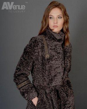 Пальто Расклешенное пальто из эко-меха в русском стиле с классическим вточным рукавом. Изделие с воротником-стойкой и поясом декорировано ручной вышивкой  на рукавах и правой передней части. Элегантно
