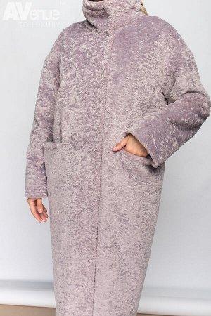 Пальто Минималистичное утепленное пальто из эко-меха (имитация меха кролика) зауженное к низу. Модель со спущенной линией плеча, воротником-стойкой, отрезной нижней частью и горизонтальными глубокими