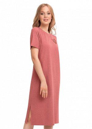 Платье Состав: 75% ПЭ 20% Вискоза 5% Эластан.  Цвет: персиковый.   Подробнее: Удлиненное домашнее платье прямого силуэта из кашкорсе. Втачной короткий рукав. По низу боковых швов разрезы. Спереди приш