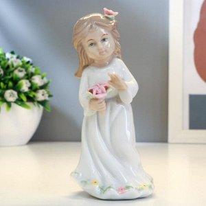 """Сувенир керамика """"Девочка в белом платье с цветком в волосах и корзинкой цветов"""" 13х6,5х6см"""