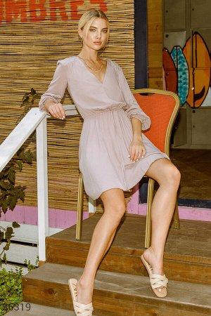 Приталенное платье-мини с v-образным вырезом