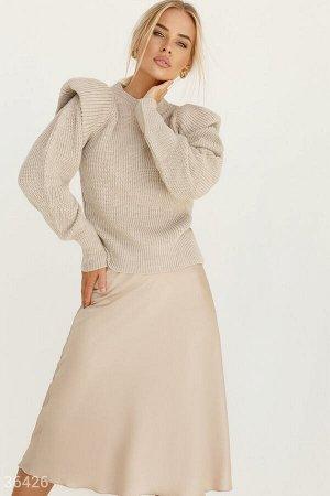 Бежевый свитер с акцентными плечами