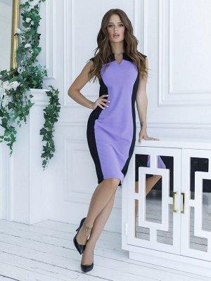 Черное платье-футляр с сиреневой вставкой