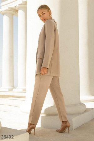 Стильный бежевый костюм с брюками