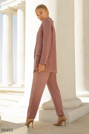 Классический брючный костюм базового цвета