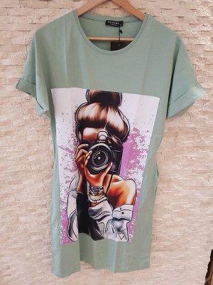 """Платье-футболка """"Девушка с фотоаппаратом"""" цвет зеленый"""