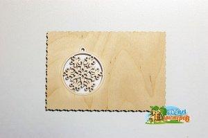 Деревянная открытка с новогодним шариком