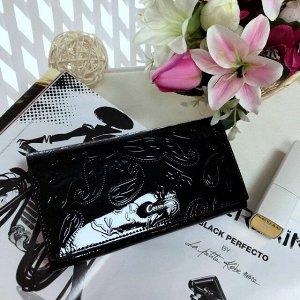 Элегантный женский кошелек Errih из натуральной лаковой кожи с тиснением черного цвета.
