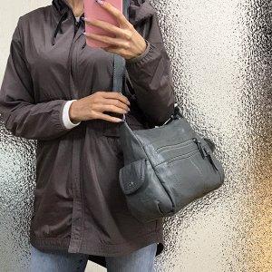 Объёмная сумочка Auriz с ремнем через плечо из эко-кожи варёнки графитового цвета.