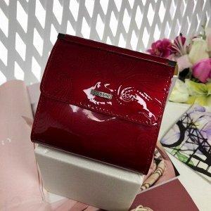 Стильный кошелек So_Cossni из лаковой натуральной кожи  рубинового цвета.