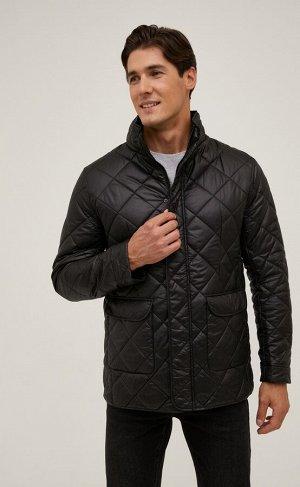 Куртка Новинка от Fine Joyce - стеганая куртка с воротником-стойкой. Застегивается на сплошную молнию под планкой на кнопках, передние накладные карманы с клапаном на магнитных кнопках, имеется внутре