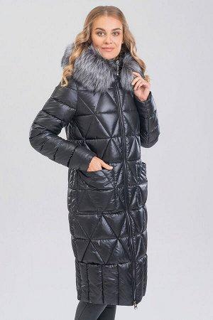 Черный Удлиненное теплое пальто комфортного объема – незаменимая вещь в зимний период. Оригинальная стежка придает изделию неповторимый образ. На капюшоне искусственный мех.  Мех и капюшон отстегивают