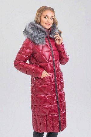 Винный Удлиненное теплое пальто комфортного объема – незаменимая вещь в зимний период. Оригинальная стежка придает изделию неповторимый образ. На капюшоне искусственный мех.  Мех и капюшон отстегивают