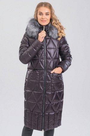 Шоколад Удлиненное теплое пальто комфортного объема – незаменимая вещь в зимний период. Оригинальная стежка придает изделию неповторимый образ. На капюшоне искусственный мех.  Мех и капюшон отстегиваю