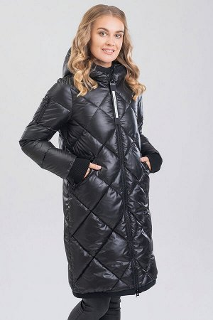 Черный Универсальный хит – женское стеганое пальто с капюшоном. Пальто прямого силуэта с ромбовидной стежкой на передней части изделия и фигурной стежкой на спинке. Центральная застежка на молнию, удо