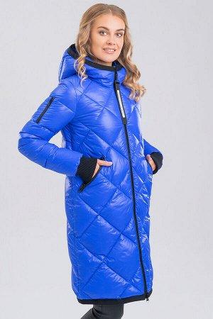 Ярко-синий Универсальный хит – женское стеганое пальто с капюшоном. Пальто прямого силуэта с ромбовидной стежкой на передней части изделия и фигурной стежкой на спинке. Центральная застежка на молнию,