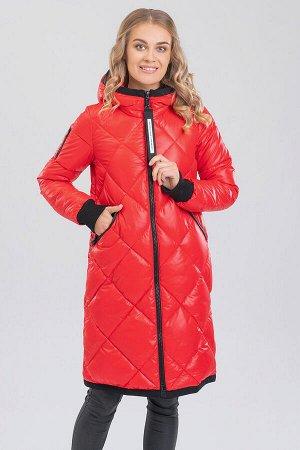Красный Универсальный хит – женское стеганое пальто с капюшоном. Пальто прямого силуэта с ромбовидной стежкой на передней части изделия и фигурной стежкой на спинке. Центральная застежка на молнию, уд