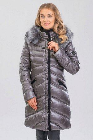 Серый Превосходное пальто прилегающего силуэта. Капюшон, воротник и планка окантованы декоративной тесьмой. Модель с отстегивающимся капюшоном, украшенным искусственным мехом чернобурки, мех отстегива