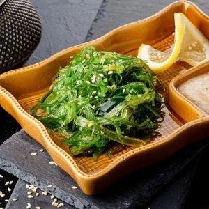 Салат Чука Чука – распространенное название водорослей хияши вакаме. Они произрастают в море на глубине 100 м. В японской кухне блюда из вакаме очень популярны. Эти водоросли используются для приготов
