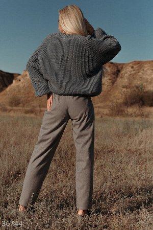 Серые брюки зауженного кроя