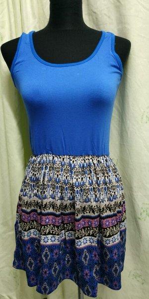 Сарафан Ткань: 95% вискоза, 5% лайкра; Длина изделия: 71 Летняя молодежное платье с юбкой «татьянкой» прилегающего силуэта из мягкого трикотажного полотна. Привлекает внимание контрастным по цвету соч
