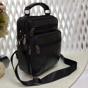 Мужская сумка Fucser среднего размера из мягкой натуральной кожи с ремнем через плечо чёрного цвета.