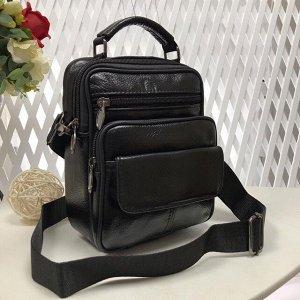 Мужская сумка Amaretto из мягкой натуральной кожи с ремнем через плечо чёрного цвета.
